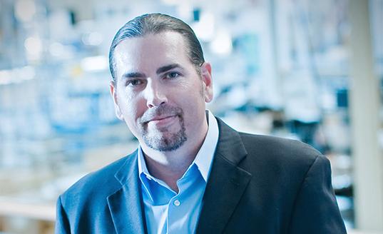 Dave Bouquet, VICE PRESIDENT, SALES & NEW BUSINESS DEVELOPMENT (Vice-Président chargé des Ventes et du Développement des marchés)