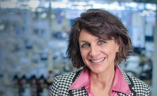 ELAINE PRICKEL, SENIOR DIRECTOR, HUMAIN RESOURCES (Directeur Général des Ressources Humaines)