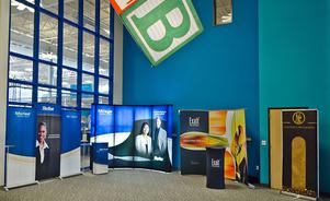 Las exhibiciones portátiles para ferias de negocios ofrecen facilidad y comodidad
